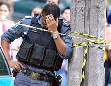 LIMA, João Cavalim de. Estresse Policial. Curitiba: AVM, 2002 – Por Jacqueline Mari Machado e Sonia Maria Chaves Haracemiv (UFPR-PR)