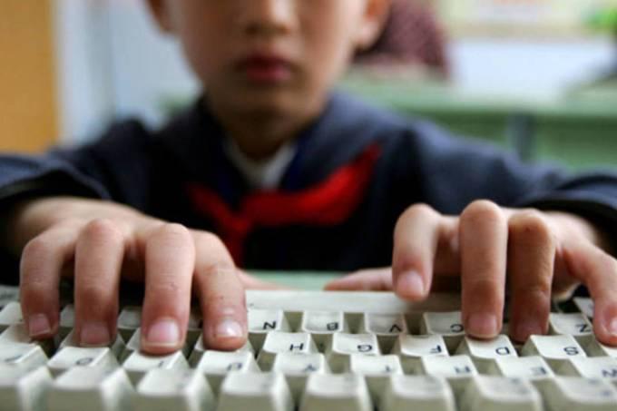 Uso da Internet na escola e responsabilidade docente – Chavelli Dominique Luiz Machado (Rede de Ensino – Curitiba), Vanisse Simone Alves Corrêa (UNESPAR)
